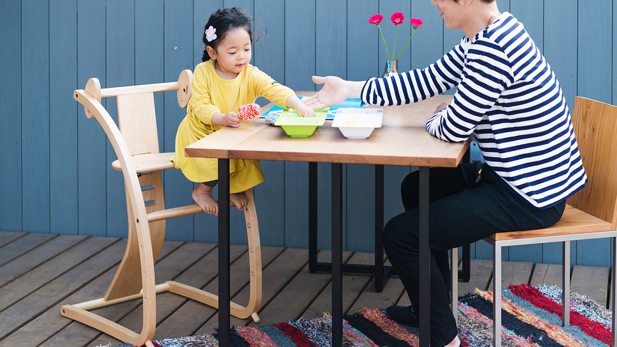画像:パパと向かい合ってBambiniに座る小さな女の子